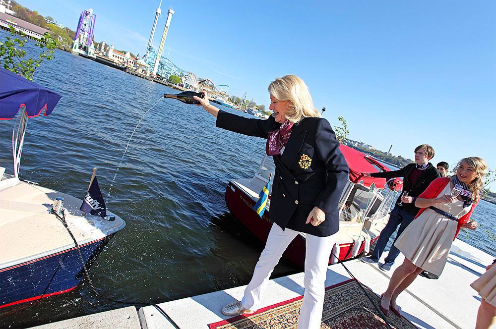 Alexandra Charles döper eldrivna vattenlimousinen Elsa